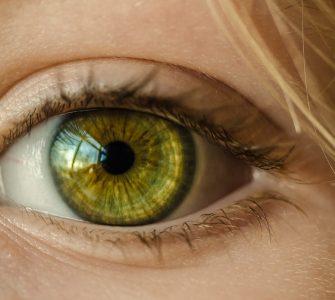 Auge mit grüner Pupille in Nahaufnahme